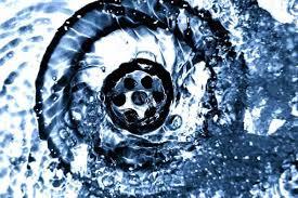 Νερό που τρέχει σε καθαρό σιφόνι