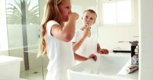 Παιδάκια πλένουν τα δόντια τους σε καθαρό νιπτήρα μετά από απόφραξη από την Αποφράξεις Δάφνη